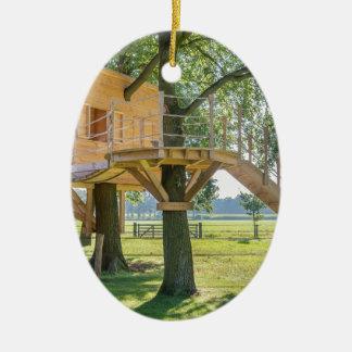 草が付いているオークの木の木の樹上の家 セラミックオーナメント