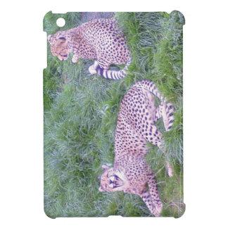 草でリラックスしているチータ iPad MINI CASE