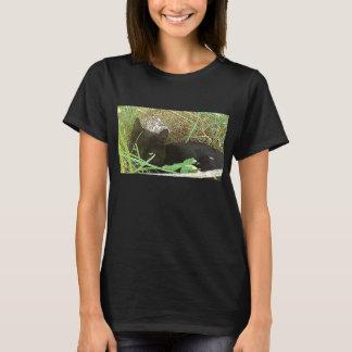 草に隠れている黒猫 Tシャツ