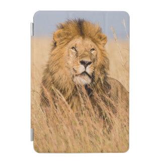 草に隠れるオスのライオン iPad MINIカバー