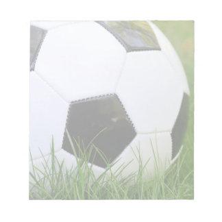 草のクラシックなサッカーボール ノートパッド