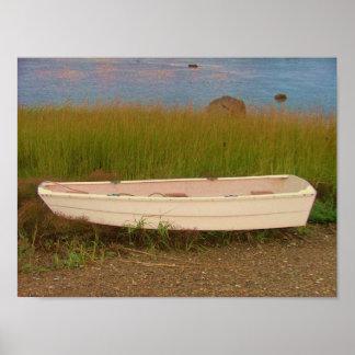 草の灰色のスキフは岩が多い隅キングストンを浜に引き上げます ポスター