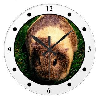 草のAgoutiのモルモット ラージ壁時計
