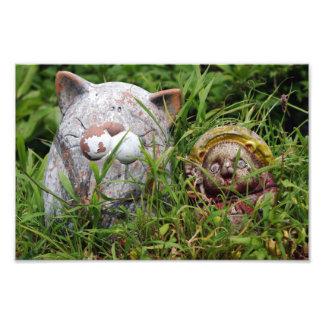 草のTanukiのかわいい猫そして彫像 フォトプリント