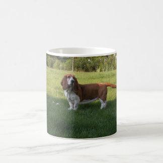 草はバセットハウンドと緑です コーヒーマグカップ