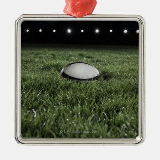 草ピッチに坐るラグビーのボール メタルオーナメント