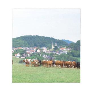 草原のタウンハウスそして牛が付いている谷 ノートパッド