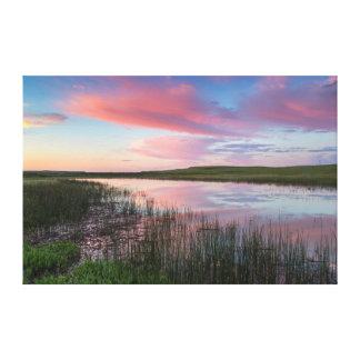 草原の池は華麗な日の出の雲を反映します キャンバスプリント