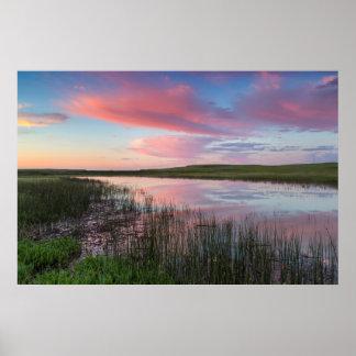草原の池は華麗な日の出の雲を反映します ポスター