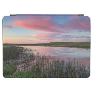 草原の池は華麗な日の出の雲を反映します iPad AIR カバー