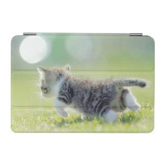 草地のベビー猫のランニング iPad MINIカバー