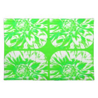 草色のコラージュのダリアの花模様 ランチョンマット
