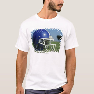 草、クローズアップのアメリカン・フットボールのヘルメット Tシャツ
