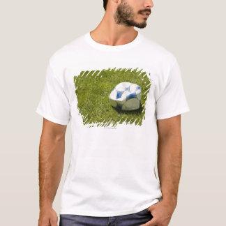 草、ドイツの平らなサッカーボール Tシャツ