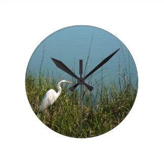 草w水に立っている白い白鷺 ラウンド壁時計