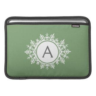 華美で白い雪片のモノグラム家族のセージグリーン MacBook スリーブ