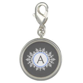 華美で白く明るく青い雪片のモノグラムの灰色 チャーム
