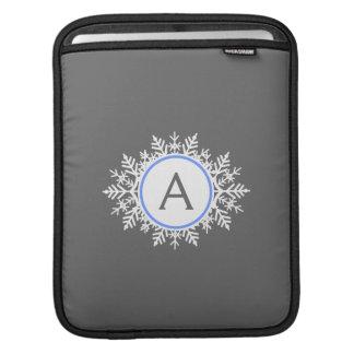華美で白く明るく青い雪片のモノグラムの灰色 iPadスリーブ