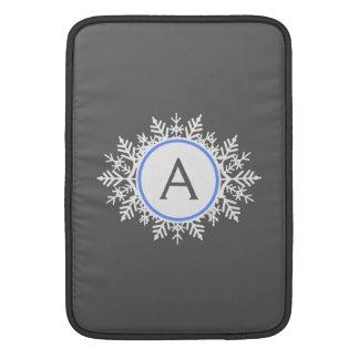 華美で白く明るく青い雪片のモノグラムの灰色 MacBook スリーブ