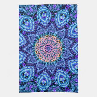 華美で青い花の振動万華鏡のように千変万化するパターンの芸術 キッチンタオル