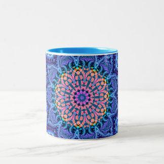 華美で青い花の振動万華鏡のように千変万化するパターンの芸術 ツートーンマグカップ
