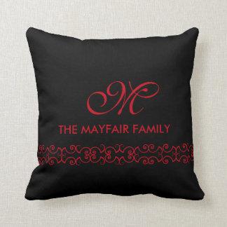 華美なルビー色の赤い家族のモノグラムのデザイン クッション