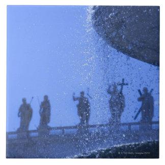 落ちる噴水の眺めは聖者の近くで水をまきます タイル
