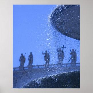 落ちる噴水の眺めは聖者の近くで水をまきます ポスター