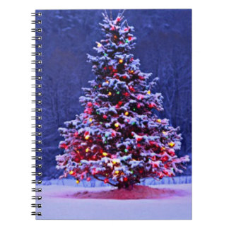 落ち着いた夜の雪で覆われたクリスマスツリー ノートブック