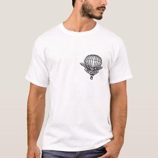 落下傘兵の決して疲れたワイシャツ Tシャツ