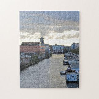 落日が付いているアムステルダムの運河そして風車 ジグソーパズル