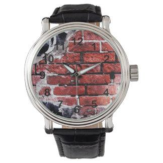 落書きが付いている赤レンガの都市壁 腕時計