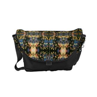 落書きのイカット| Bohoの黒く数々のな色 メッセンジャーバッグ