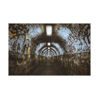 落書きのトンネルの都市の衰退のキャンバス キャンバスプリント