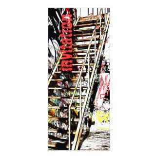 落書きの招待が付いている金属の階段 カード