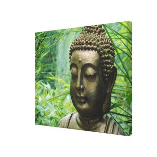 葉が多い緑の森林のPeeaceful仏の彫像 キャンバスプリント