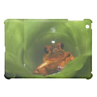葉に隠れているいちごの毒カエル iPad MINI カバー