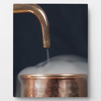 蒸気が付いている蒸留酒製造所の銅の管 フォトプラーク