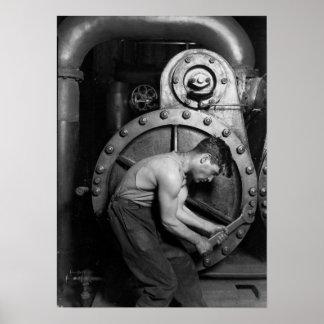 蒸気ポンプに取り組んでいる発電所の整備士 ポスター