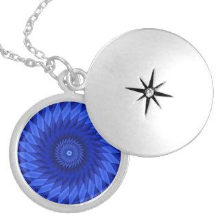 薄いブルーライン万華鏡のように千変万化するパターン ロケットネックレス