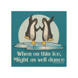 薄い氷のペンギンのおもしろいなデザインで時 ウッドウォールアート