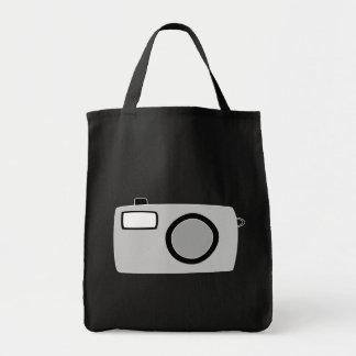 薄い灰色および黒いカメラ。 黒 トートバッグ