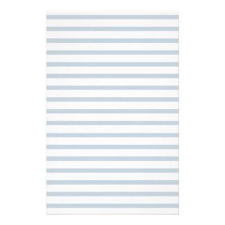 薄い灰色の並べられた紙のストライプなノートの文房具 便箋