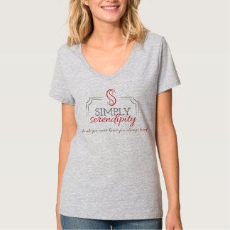 薄い灰色のV首 Tシャツ