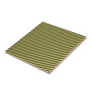 薄く黒くおよび黄色の対角線は縞で飾ります タイル