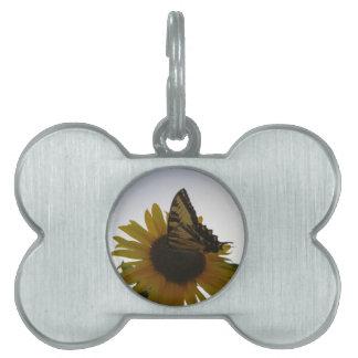 薄暗がりで休んでいる蝶 ペットネームタグ