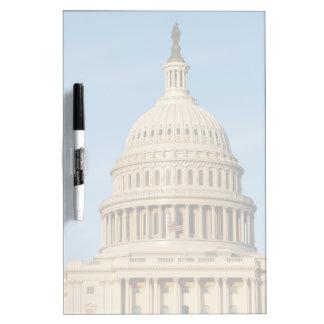 薄暗がりで撃たれる国会議事堂の建物 ホワイトボード