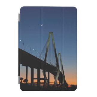 薄暗がりのアーサーRavenel Jr.橋 iPad Miniカバー