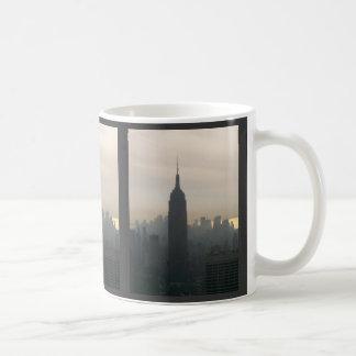 薄暗がりのエンパイア・ステート・ビルディング コーヒーマグカップ