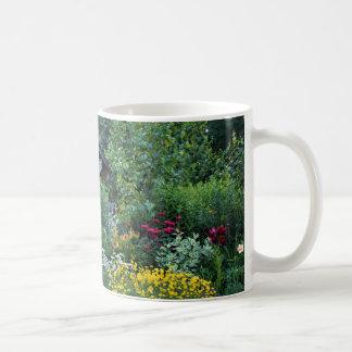 薄暗がりのコテージの庭 コーヒーマグカップ